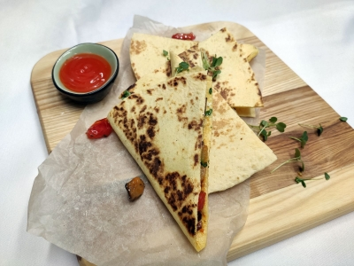 Quesadilla with chicken and tomatoes