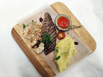 Chateaubriand with mashed potatoes with black-jack sauce