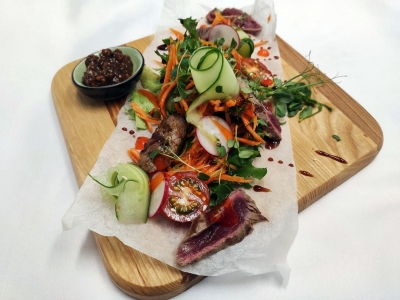 Grilled salad with juicy roast beef in Thai style