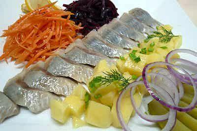 Закуска из балтийской сельди с овощным гарниром