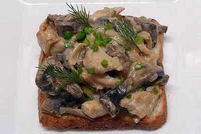 Горячий тост с цыплёнком и грибами
